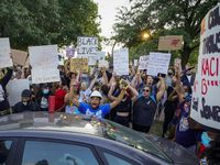 Un grupo de manifestantes se reunió en el Lake Cliff Park de Oak Cliff, para protestar por la muerte de George Floyd.