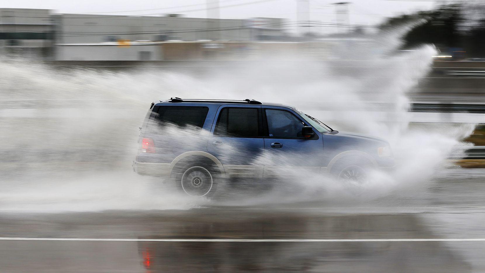 Lluvia congelante cayó en Dallas el miércoles. Se espera un clima similar en los proximos días. DMN