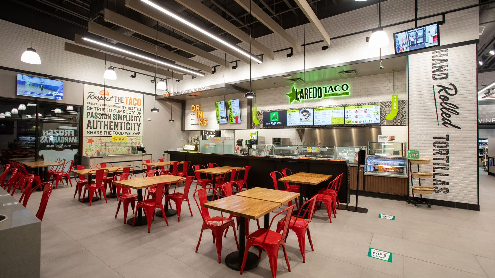 Un restaurant de The Laredo Taco Company dentro de una tienda de 7-Eleven.