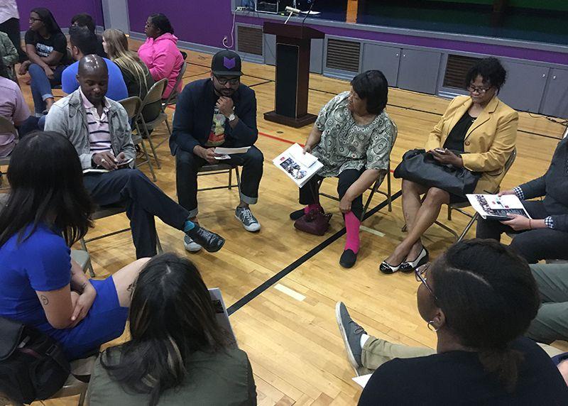 Representantes de grupos comunitarios conversan iglesia cristiana Light of the Word sobre lo que desean ver en un nuevo jefe de policía de Dallas.  (KARINA RAMÍREZ/AL DÍA)