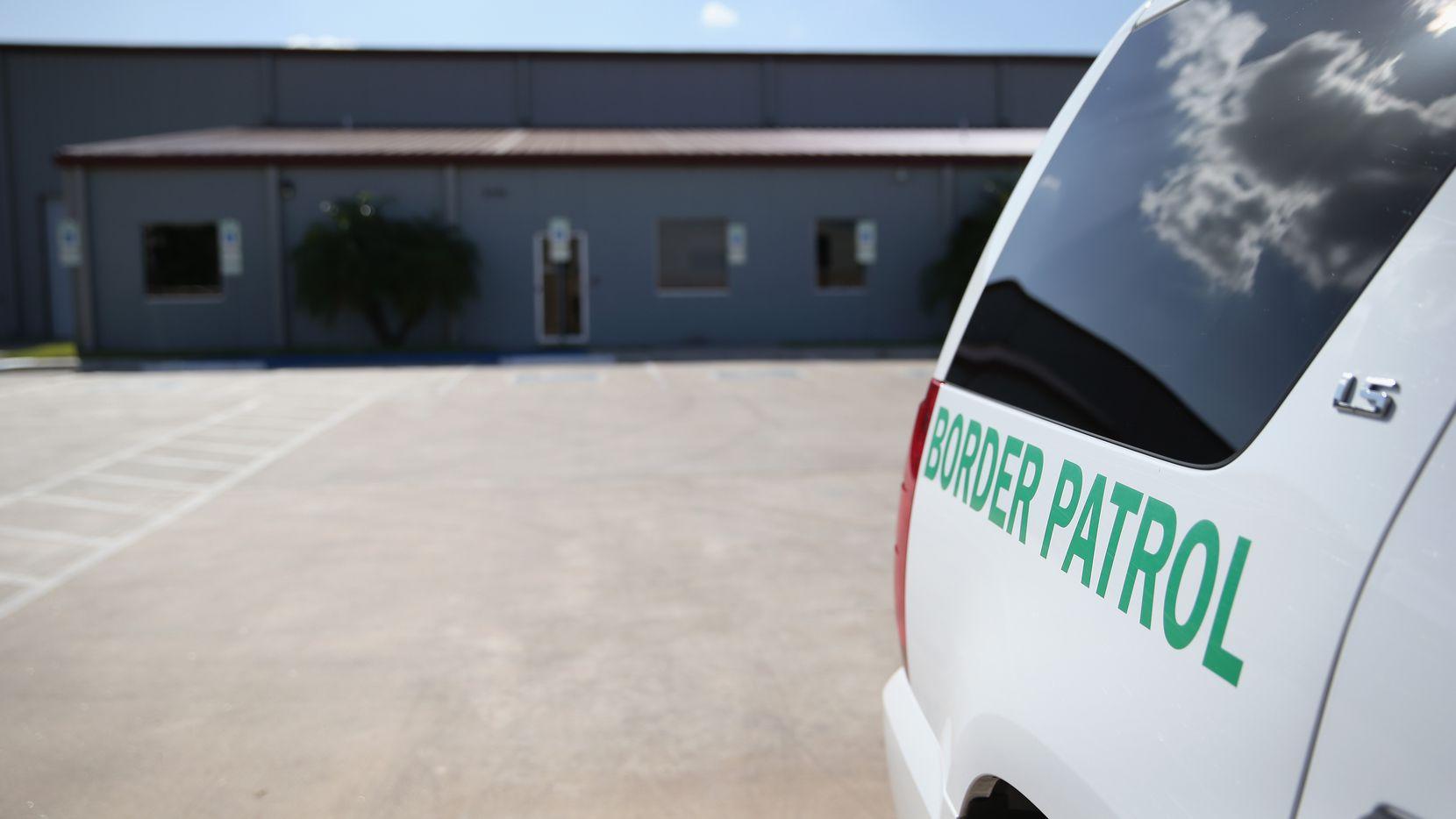 Un vehículo de la Patrulla Fronteriza estacionado afuera de un centro de detención de inmigrantes en McAllen, Texas. GETTY IMAGES