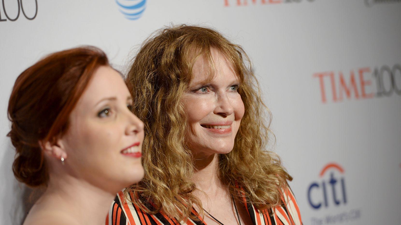 Dylan Farrow (izq.) y su madre Mia Farrow en la ceremonia del 2016 de la revista Time en Nueva York.