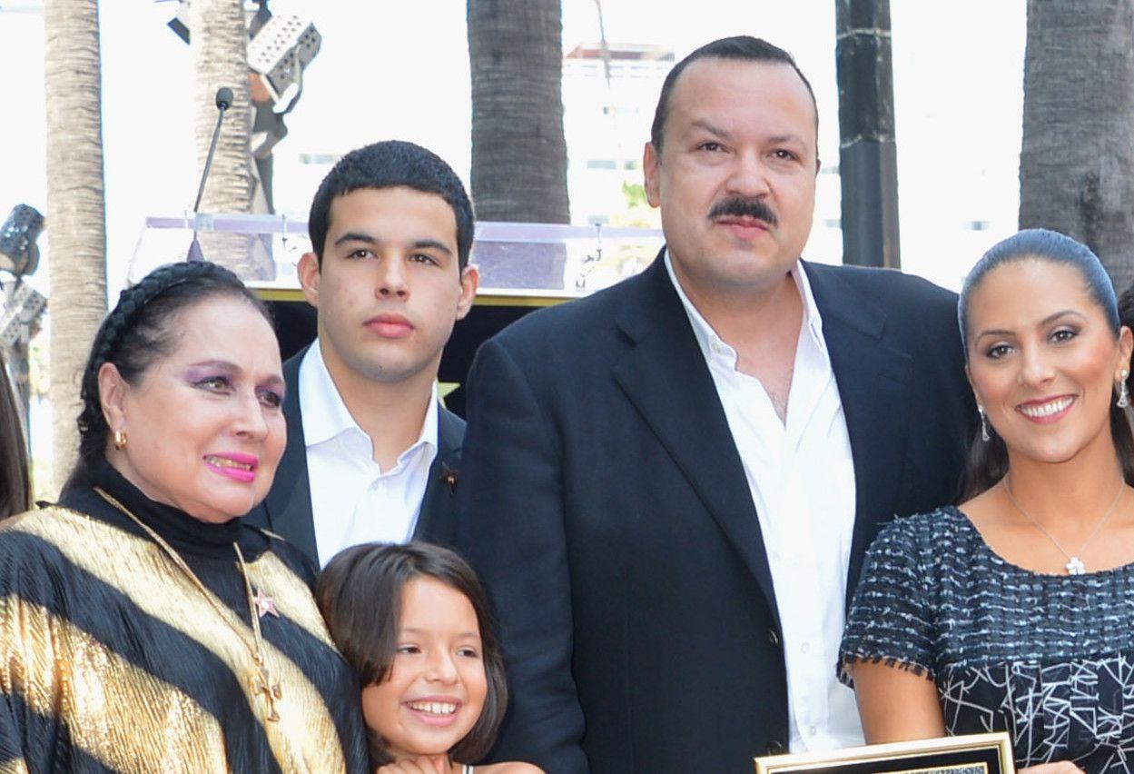 Pepe Aguilar junto a su familia, incluyendo su hijo mayor José Emiliano izquierda)/ GETTY IMAGES