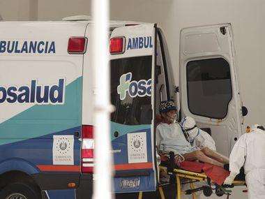 Un paciente infectado con el coronavirus es colocado sobre una camilla el viernes 7 de agosto de 2020 en el Hospital Nacional, en San Salvador, El Salvador.