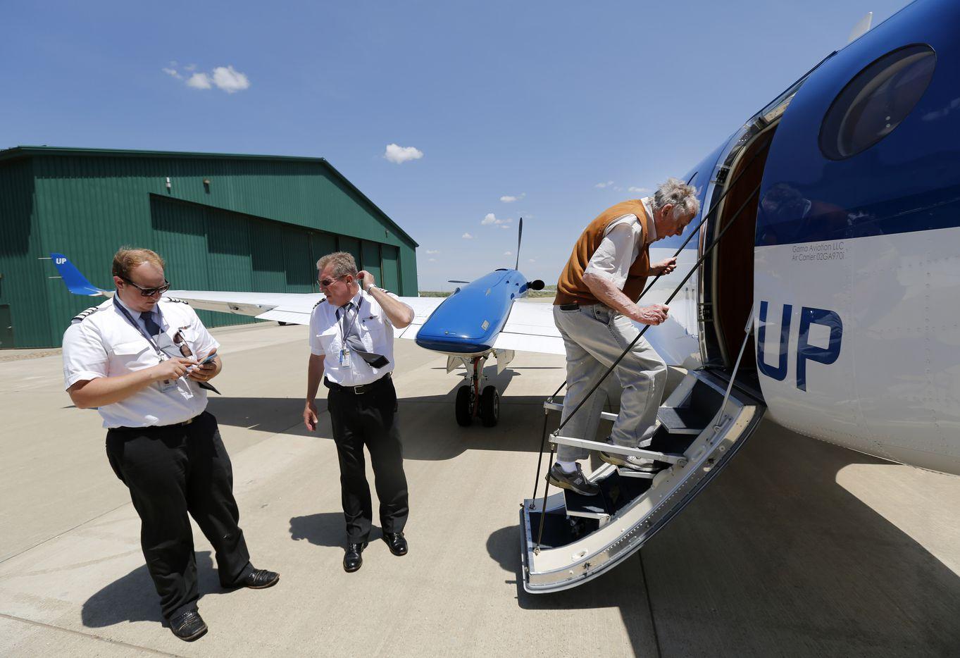 Pickens boards a plane for a flight back to Dallas.