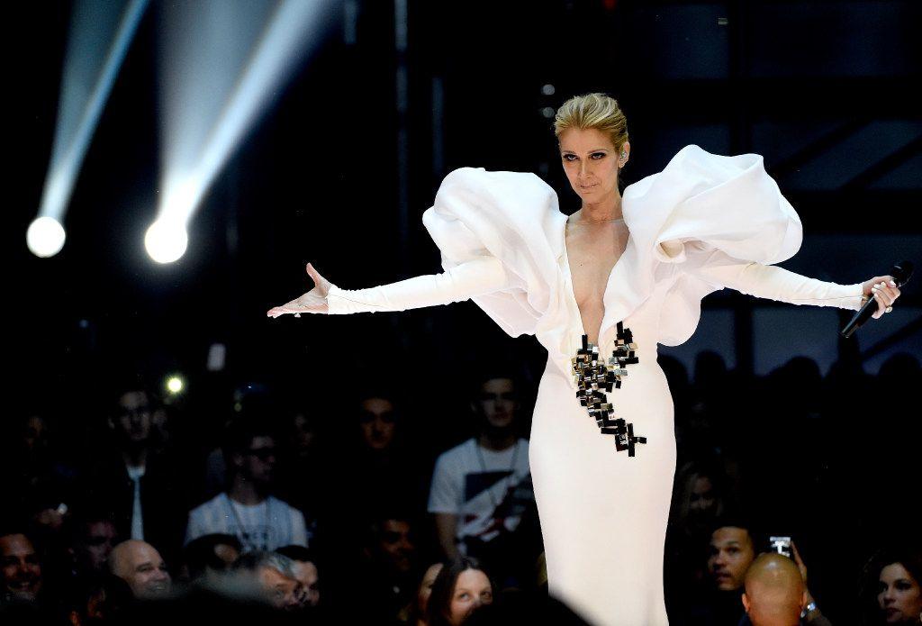 """La cantante Céline Dion ha vendido más de 250 millones de álbumes en todo el mundo, y ha ganado varios premios Grammy. Sus sencillos exitosos incluyen """"Because You Loved Me"""", """"The Power of Love"""", y """"My Heart Will Go On"""", el tema principal de Titanic."""