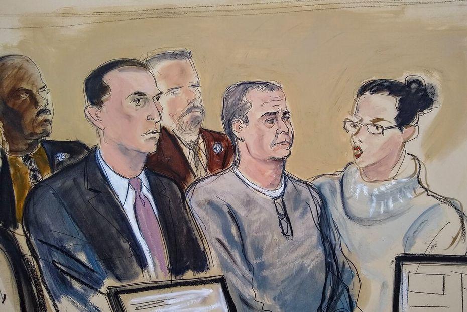 En este bosquejo de archivo del 3 de enero de 2020, el abogado defensor Cesar de Castro, izquierda; Genaro García Luna, exsecretario de Seguridad Pública de México, al centro, y una intérprete de la corte se presentan a una audiencia de imputación en un tribunal federal de Brooklyn, en Nueva York.