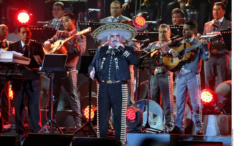 Como lo prometió, esta noche Vicente Fernández se subió al escenario del Estadio Azteca para decir adiós a su público/AGENCIA REFORMA