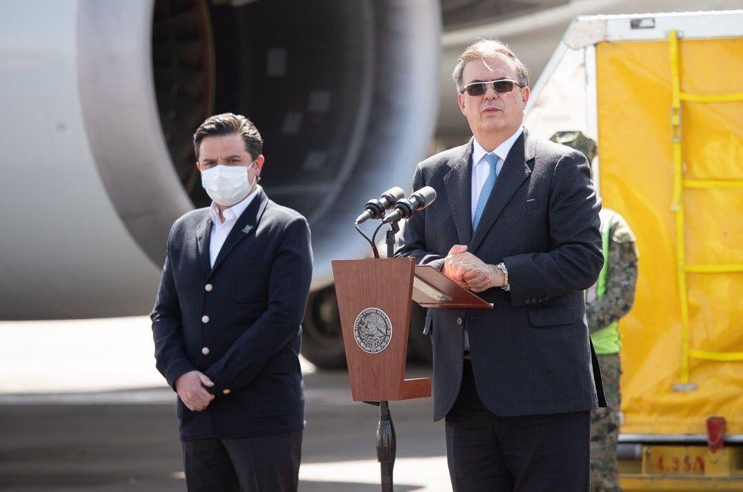 El canciller Marcelo Ebrard (der.) recibió el mares en el Aeropuerto Internacional de la Ciudad de México un nuevo lote de vacunas de la farmacéutica Pfizer para combatir el coronavirus.