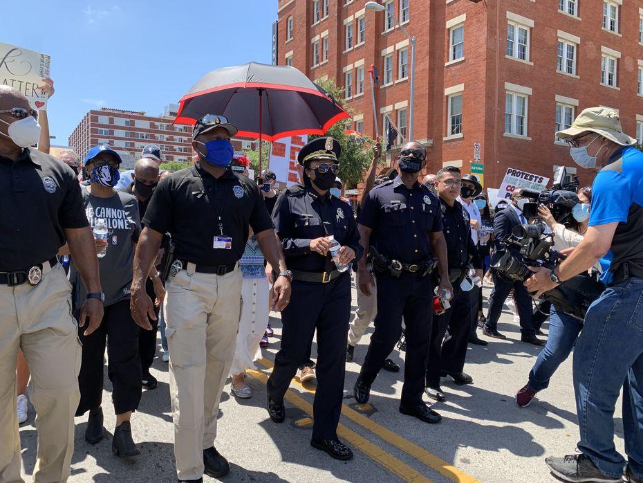 La jefa de policía de Dallas, U. Reneé Hall, encabeza la marcha de oficiales en apoyo a Black Lives Matter, el viernes. En la víspera la jefa del DPD anunció cambios en los protocolos policiales.