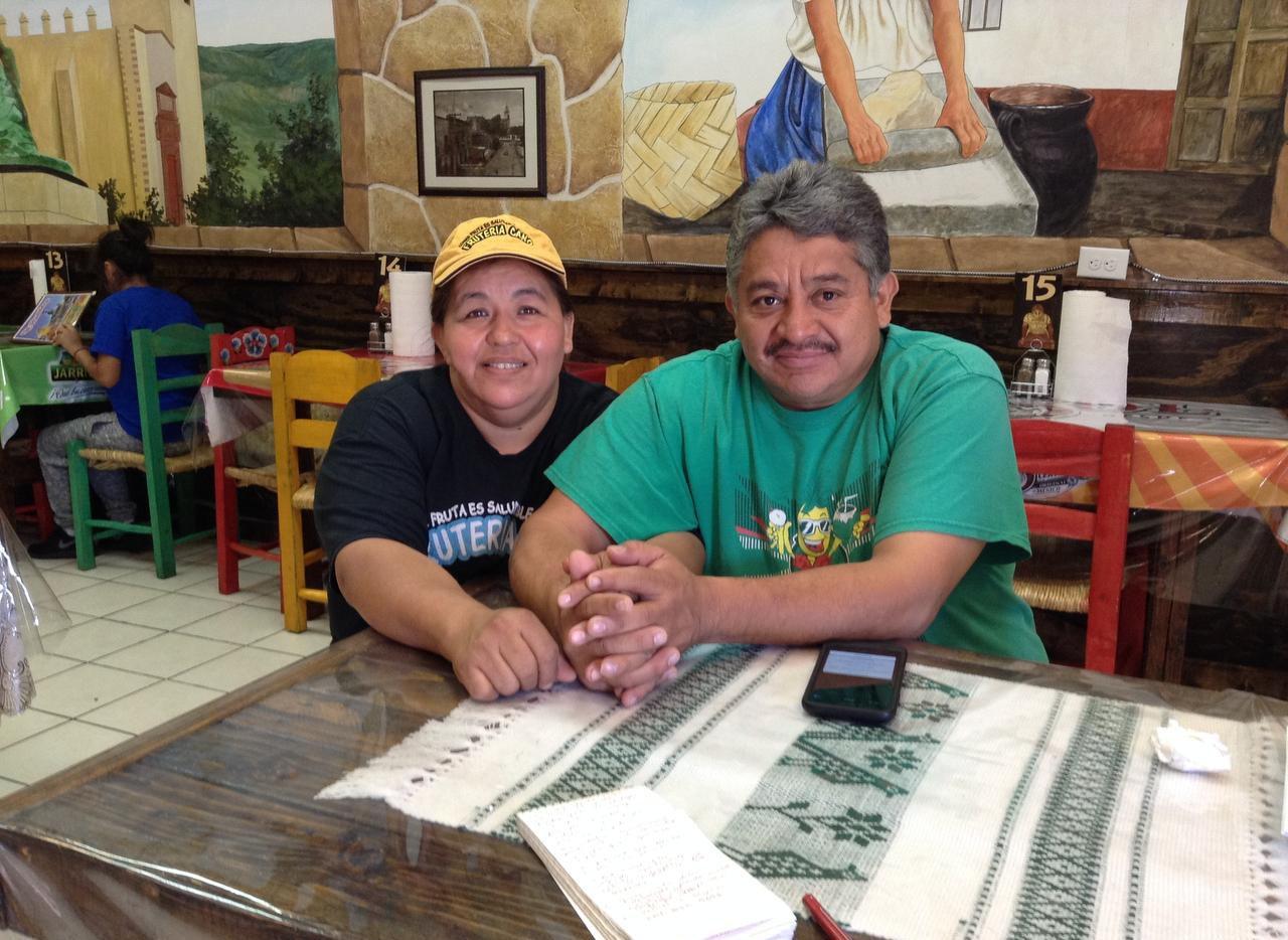 Luis y Soledad Cano seguirán vendiendo fruta. Hace una semana se quemó su local en Old East Dallas.  ELVIA LIMÓN/AL DÍA