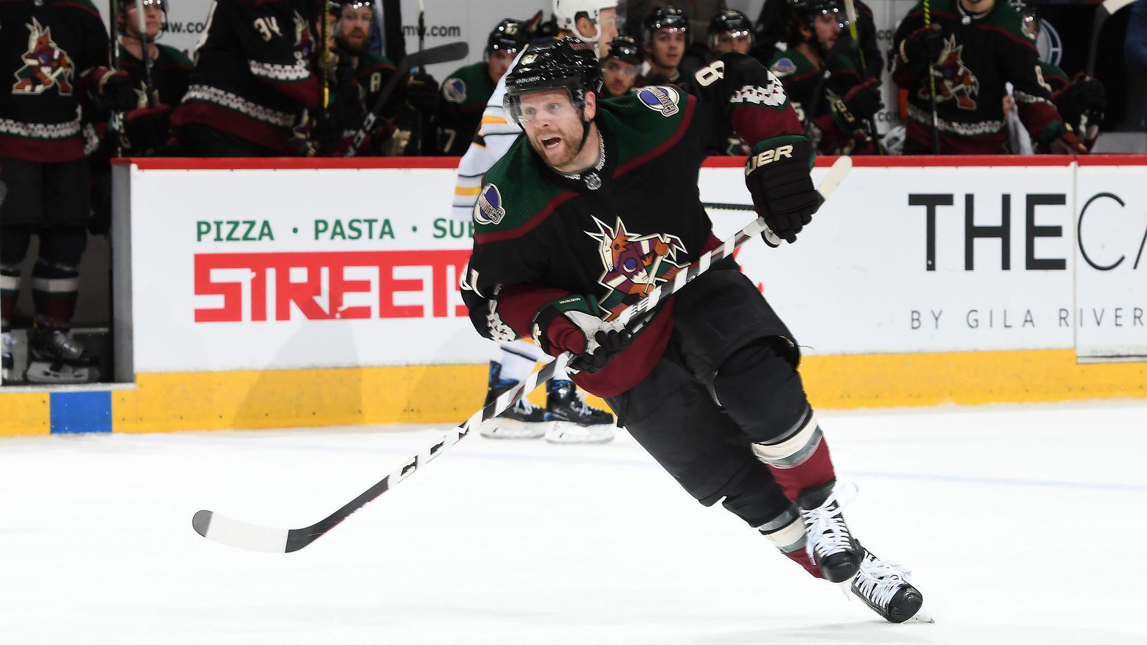 El jugador de los Coyotes de Arizona, Phil Kessel, patina en el juego contra los Sabres de Buffalo, el 29 de febrero de 2020.