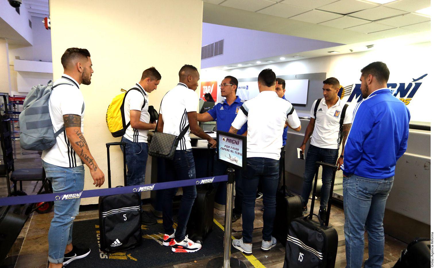 Jugadores de los Tigres en el aeropuerto de Monterrey. AGENCIA REFORMA