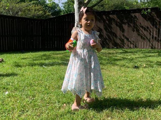 La pequeña de dos años de edad, Lorenza Ruiz, está luchando contra la leucemia.