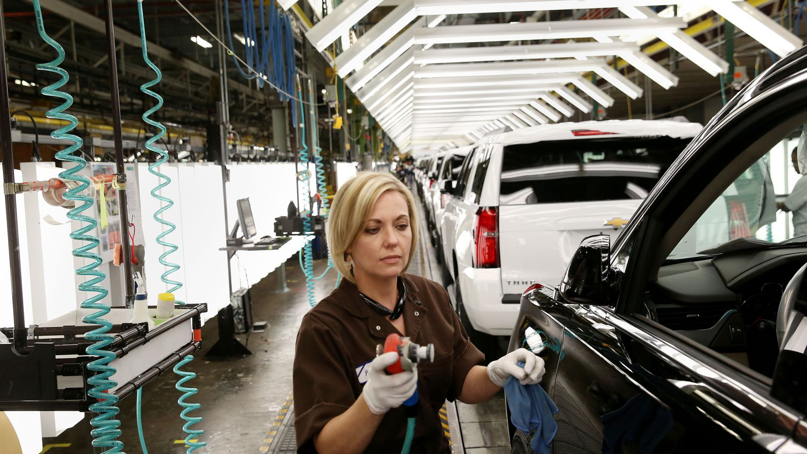 Workers at the General Motors plant in Arlington get profit-sharing bonuses of almost $12,000, the third year that the awards top five figures.