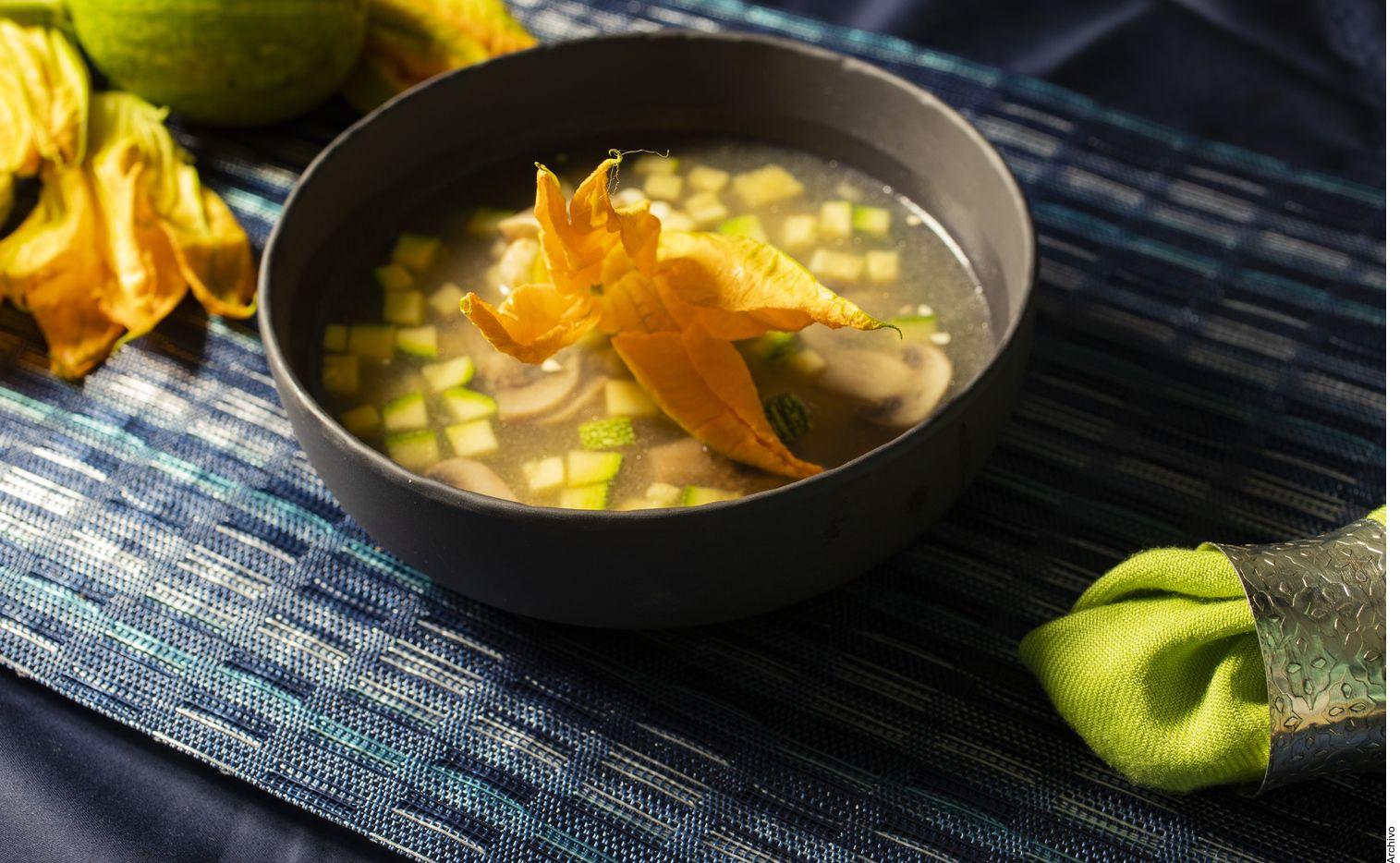 Según la Real Academia, la sopa es un plato compuesto de uno o más ingredientes sólidos y caldo. De allí parten discusiones profundas, como la de la línea entre sopa y guisado caldoso.
