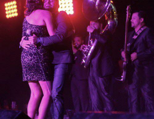 El cantante mexicano Larry Hernández durante su presentación en Far West Dallas el viernes 13 de noviembre del 2015.