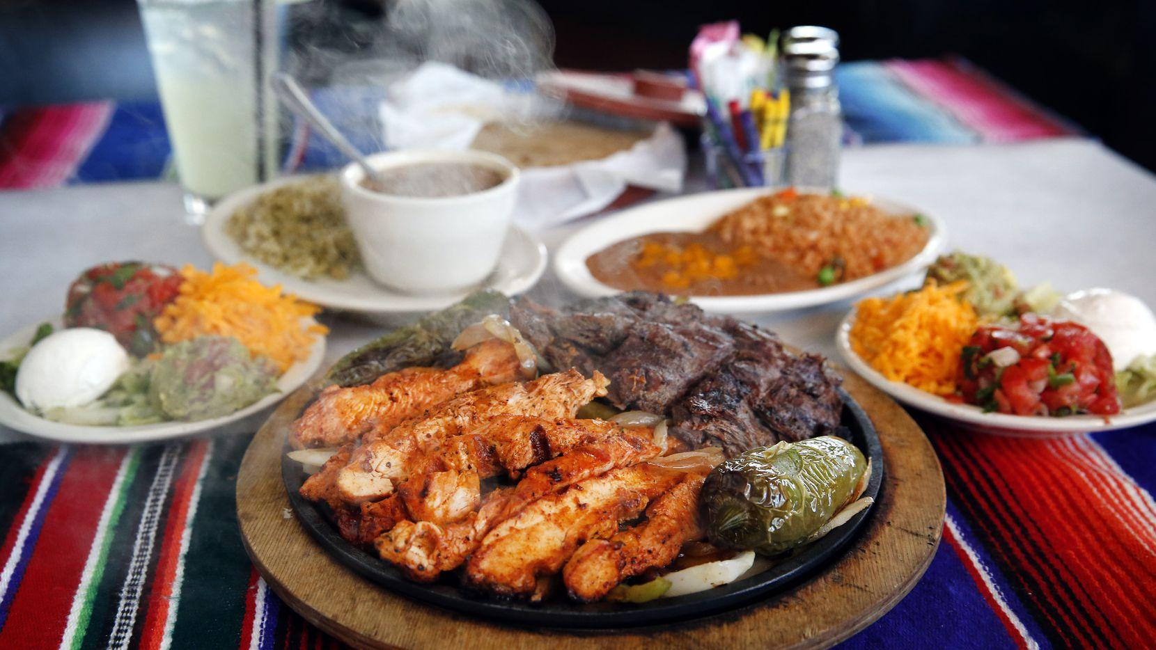 Fajitas de pollo y carne en El Corazón Vintage Tex-Mex en McKinney, uno de los restaurantes que tuvo la familia Cuéllar, precursores de este estilo culinario.