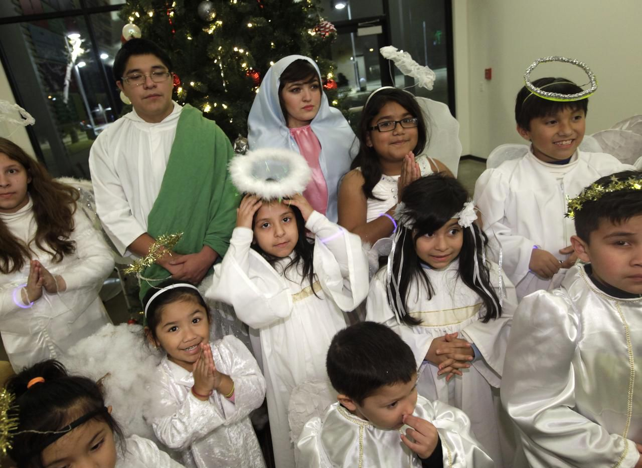 Leilani Gonzalez se ajusta su halo de ángel durante una posada realizada la semana pasada en el Jubilee Community Center, en Dallas. (ESPECIALPARA AL DÍA/JASON JANIK)