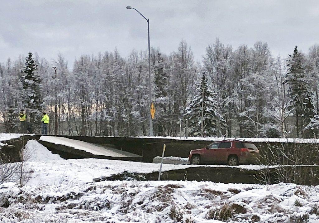 Un automóvil queda atrapado en una sección colapsada de la rampa de salida de la carretera Minnesota Drive en Anchorage, el viernes 30 de noviembre de 2018, luego de un sismo. (AP Foto/Dan Joling)