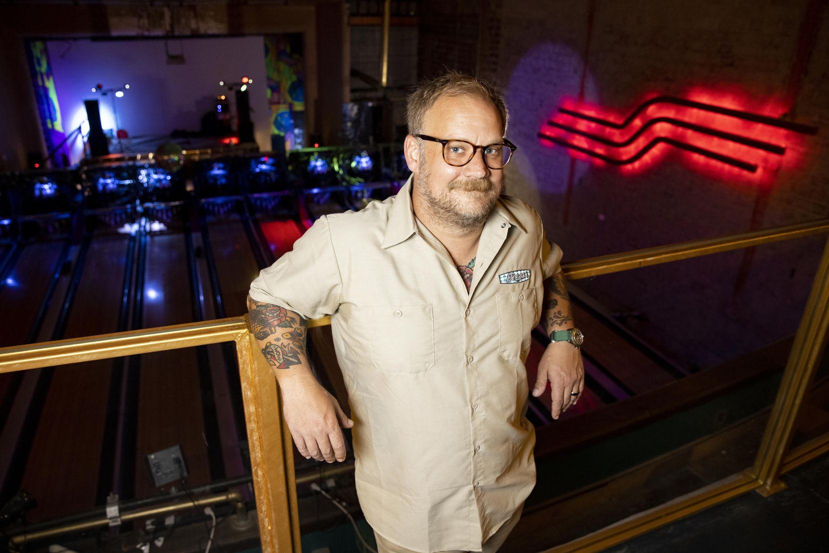 Moody Fuqua posa en el entrepiso de Bowlski en mayo.  Un veterano de la escena musical local, es conocido por reservar shows en lugares como Club Dada y RBC en Deep Ellum.