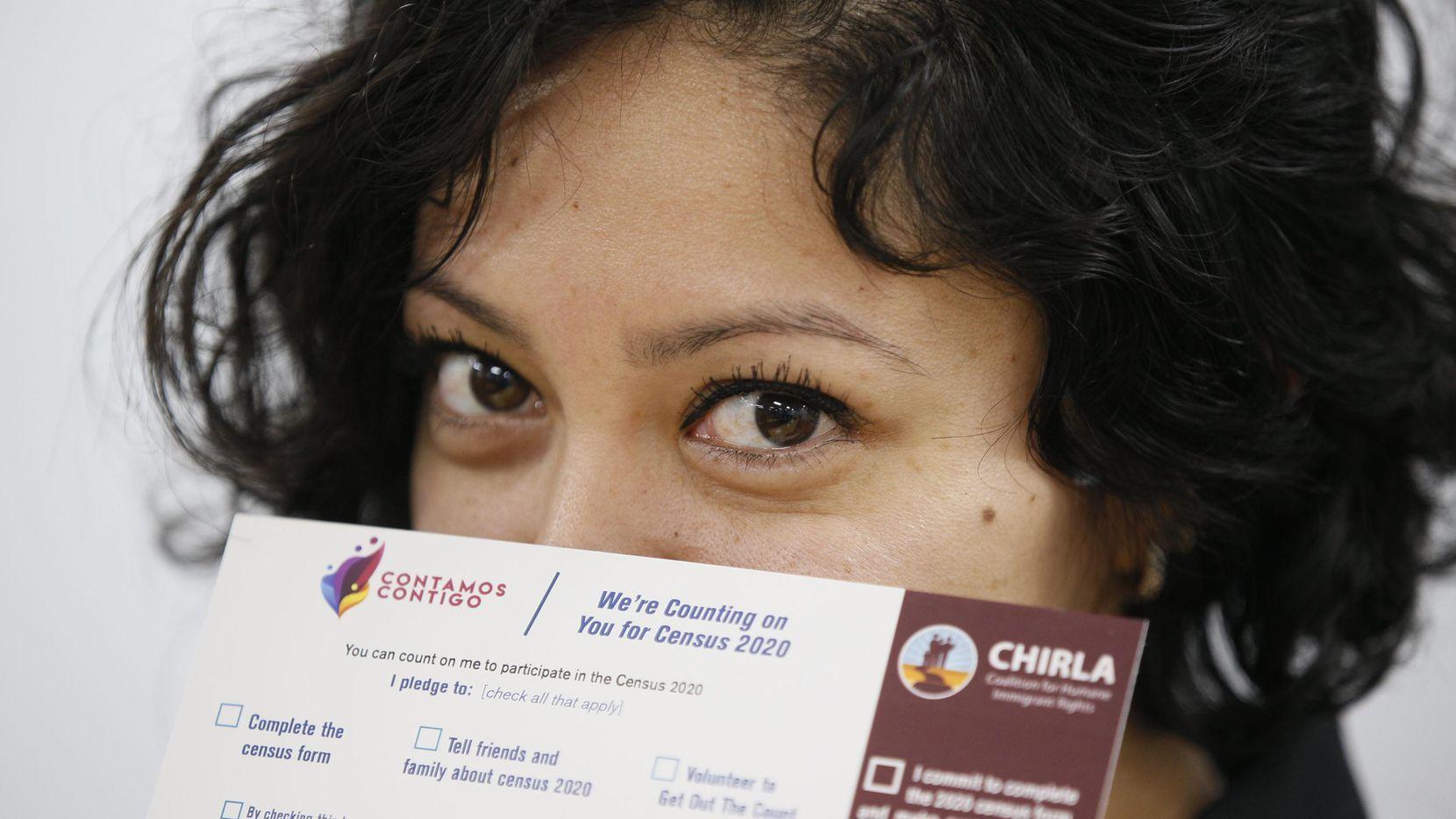Diana Escamilla, de la organización de derechos humanos CHIRLA, muestra un poster para promover la participación de todos los residentes de Estadis Unidos en el censo del 2020.(AP)