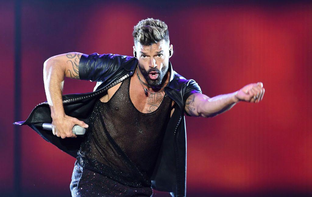 El cantante puertorriqueño Ricky Martin interpreta una canción durante un concierto en Montevideo, Uruguay el 2 de marzo de 2020, como parte de su gira Movimiento Tour.