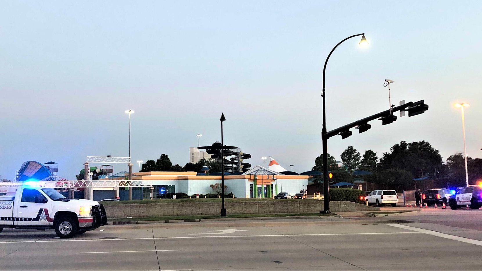 Policía de Arlington cerró las avenidas que rodean Hurricane Harbor después del tiroteo.