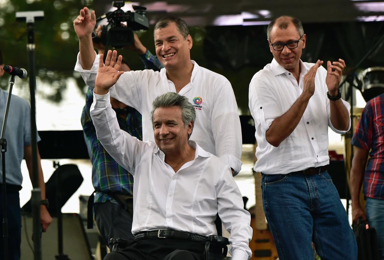 Lenin Moreno (centro), el candidato oficialista en Ecuador, saluda con Rafael Correa (izq), y el vicepresidente Jorge Glas. (AFP/GETTY IMAGES/RODRIGO BUENDIA)
