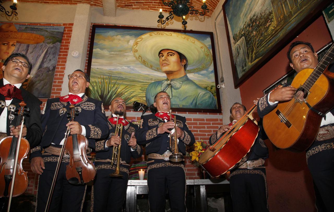 Un mariachi interpreta canciones de Juan Gabriel en el restaurante Tenampa en la Plaza Garibaldi, en la Ciudad de México. (AP/MARCO UGARTE)