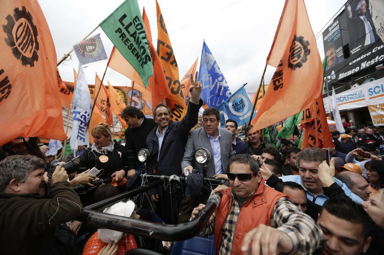 Daniel Scioli (centro) es el favorito para ganar las elecciones presidenciales en Argentina este fin de semana. (AP/JORGE SÁENZ)