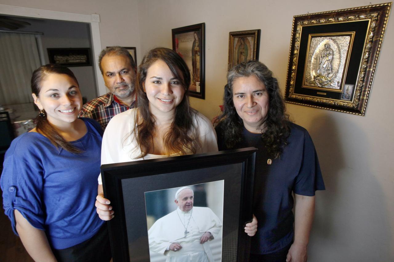 Jacqueline Rodríguez (izq.) y su hermana Erica Milagros viajarán con su padre Marco Antonio (atrás) y su madre, María de Jesús (der.), viajaron desde Dallas a la Ciudad de México para ver al papa Francisco.  (ESPECIAL PARA AL DÍA/BEN TORRES)