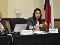 El superintendente Michael Hinojosa y la vocal de la junta escolar Karla García se pronunciaron en contra de una ley que busca prohibir la teoría racial crítica.
