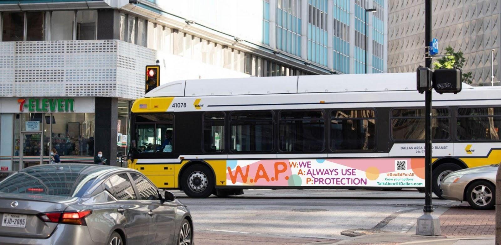 Autobuses con la siglas W.A.P (siempre usamos protección) es parte de una campaña para combatir el embarazo adolescente.