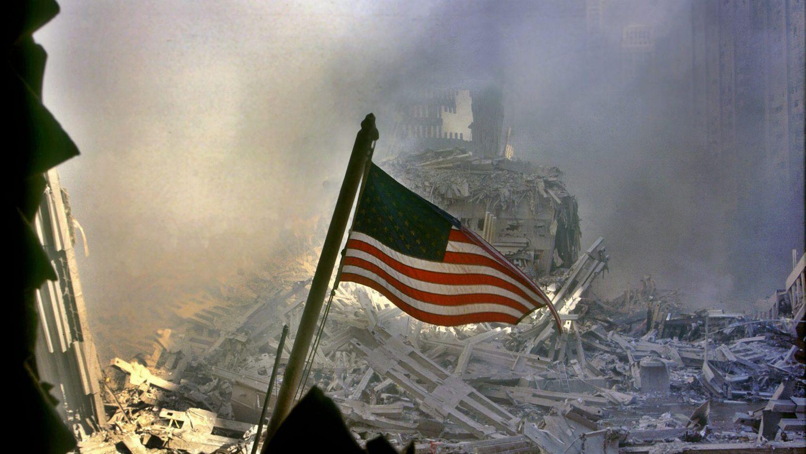 Una bandera de Estados Unidos ondea en medio de los escombros luego que se derrumbaron las torres gemelas del World Trade Center en Nueva York el 11 de septiembre de 2001.