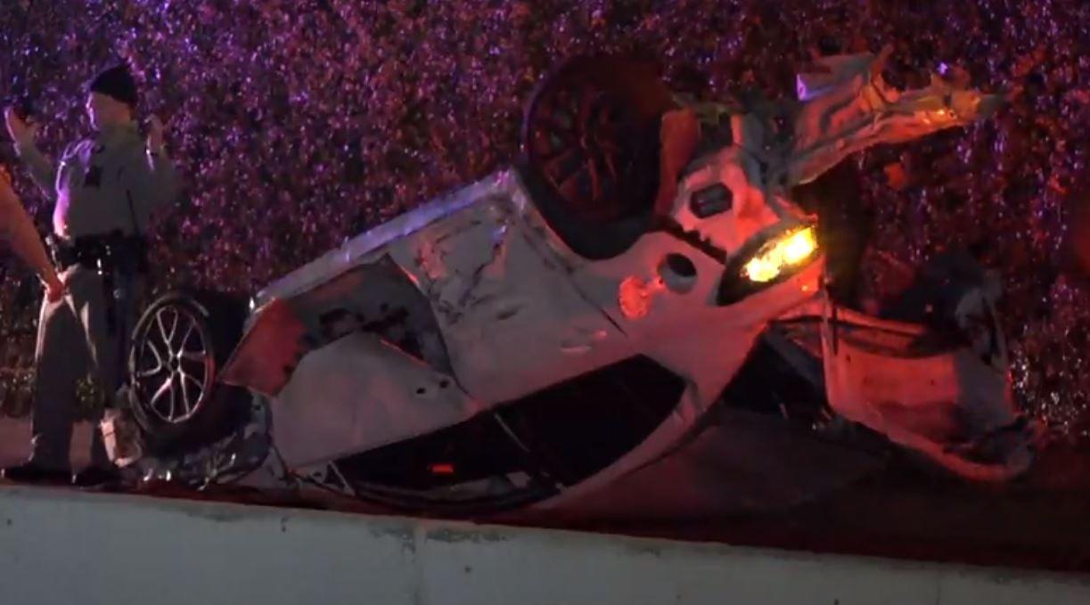 Un mazda se volcó tras impactar con otro automóvil mientras huía de un patrullero estatal.