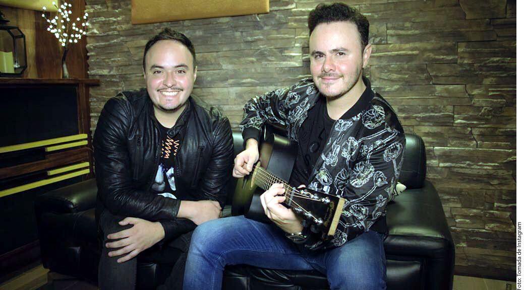 Tras 8 años de carrera junto a su hermano Raúl Ortega (izq.), el intérprete le sigue apostando al amor para convertir a la agrupación en un referente de la balada romántica. (AGENCIA REFORMA)