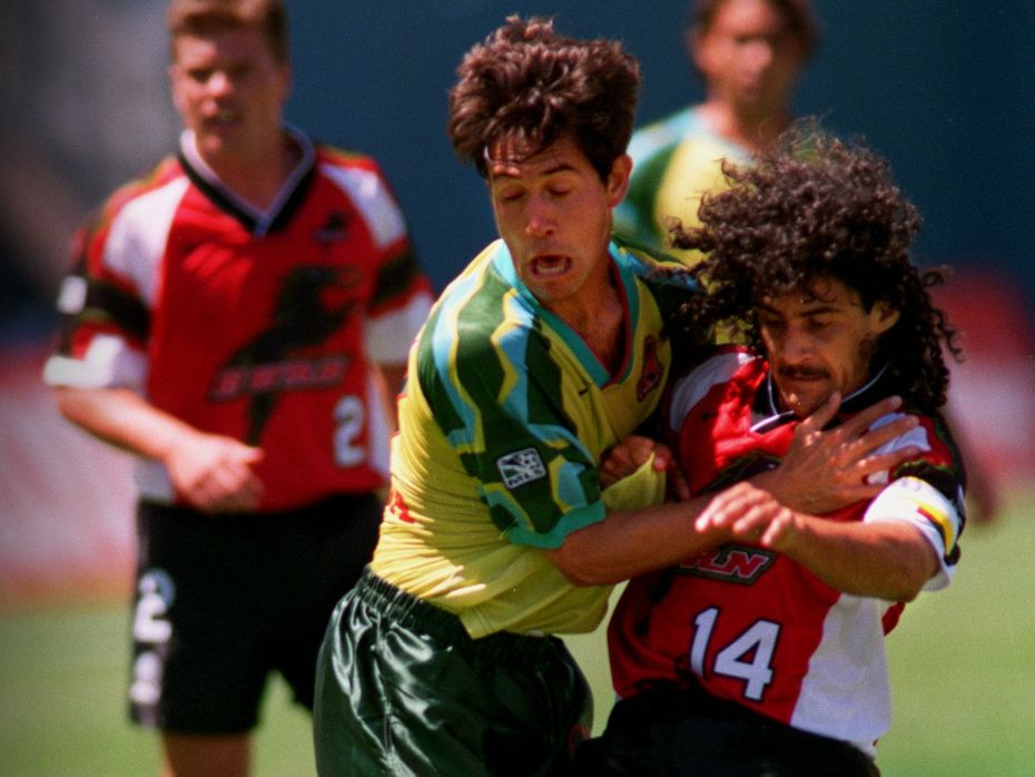 El mediocampista del Dallas Burn, Leonel Álvarez (der), pelea el balón con el jugador del Clash de San José, Troy Dayak, en el primer juego en la historia de la franquicia de Dallas, el 14 de abril de 1996 en el Cotton Bowl.