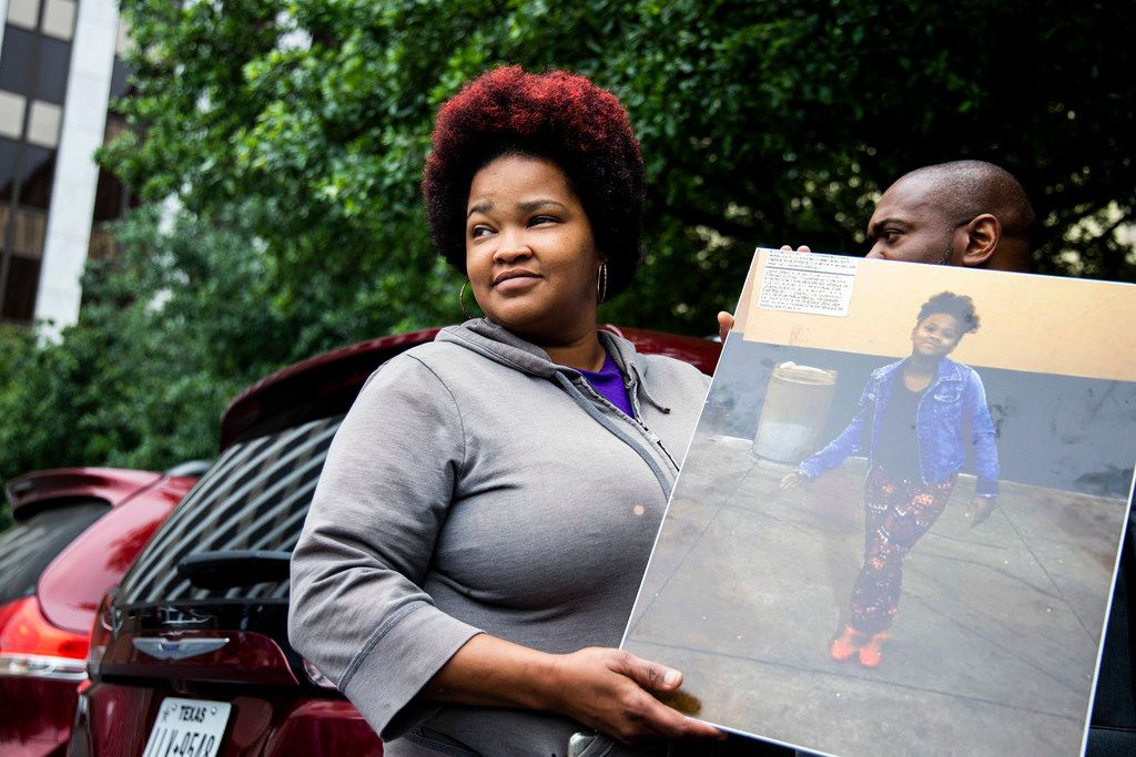 Shaquna Persley held a picture of her daughter, Shavon Randle, as she leftthe Earle Cabell Federal Building in Dallas on Tuesday.