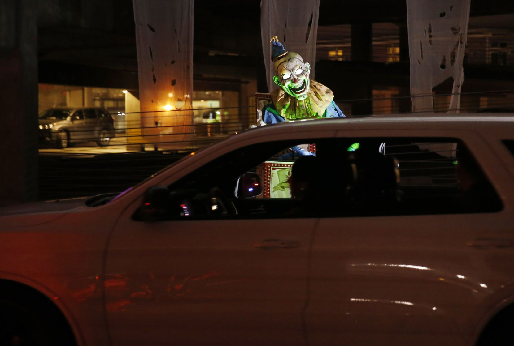 Drive Boo Halloween en el estacionamiento del American Airlines Center de Dallas.