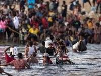 Inmigrantes, principalmente de Haiti, se congregaron en las orillas del Río Grande, entre Ciudad Acuña, México y Del Rio, Estados Unidos.