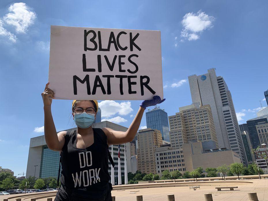 Leslye Tapia, 23, dijo que los latinos deben estar presentes porque las otras comunidades también apoyan a los hispanos cuando es necesario.