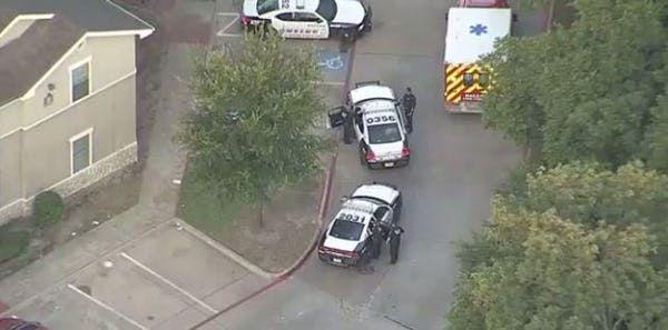 Unos agentes del equipo de Tácticas Antiterroristas (SWAT) están en Oak Cliff en un caso de un hombre que se atrincheró y les disparó. Foto DMN