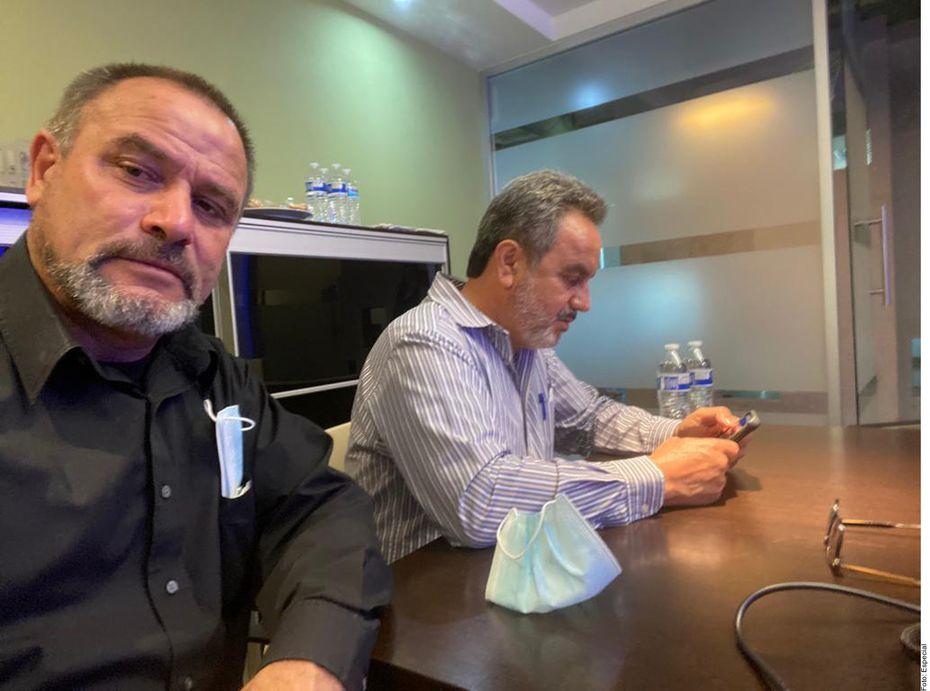 Adrián LeBarón (izq.) y su abogado Abel Murrieta (der.).