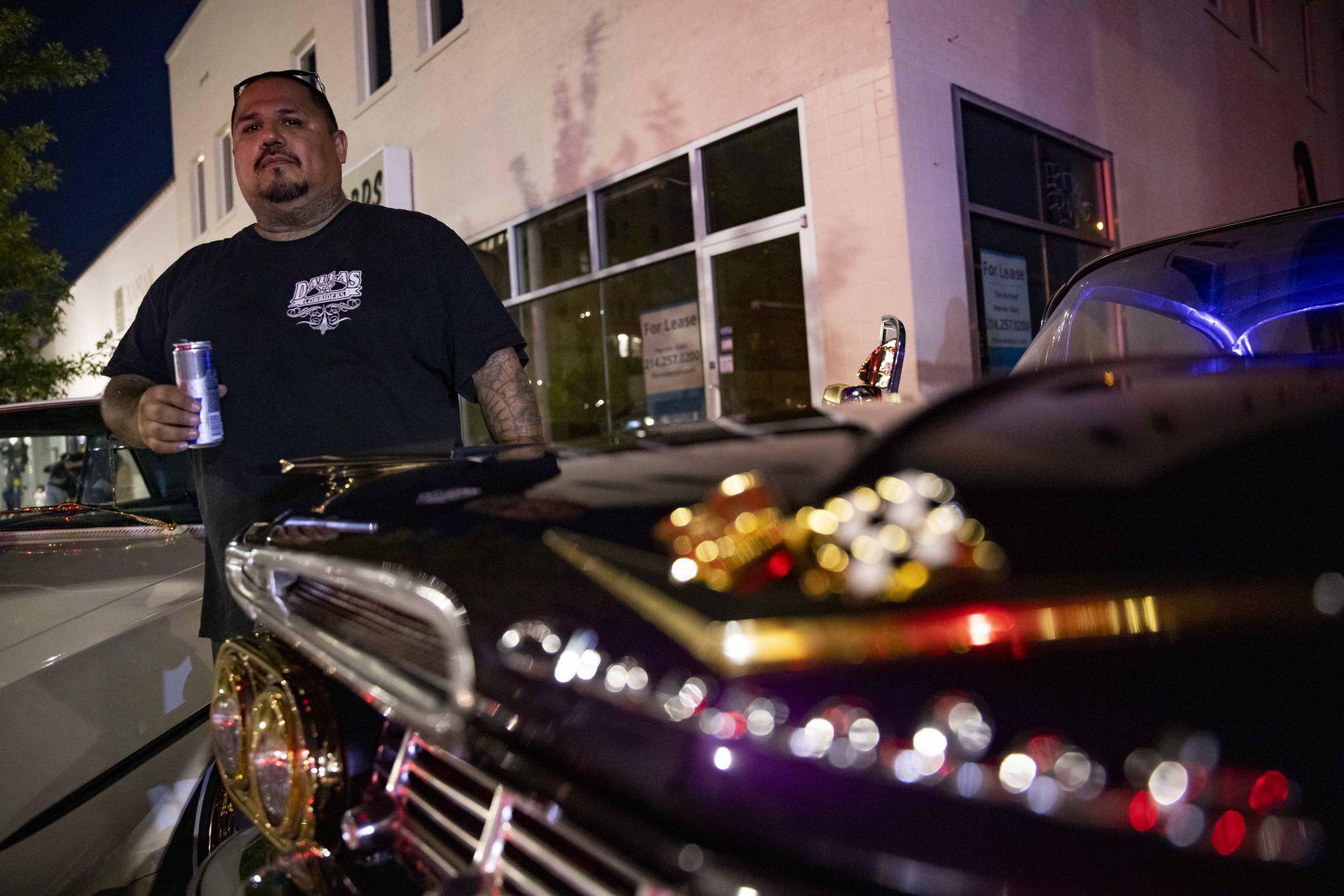 """Mark Mata y sus hermanos forman parte de los Dallas Lowriders . El cuenta con un Chevrolet Impala de 1959 para el """"cruising"""" semanal los domingo en Jefferson Boulevard."""