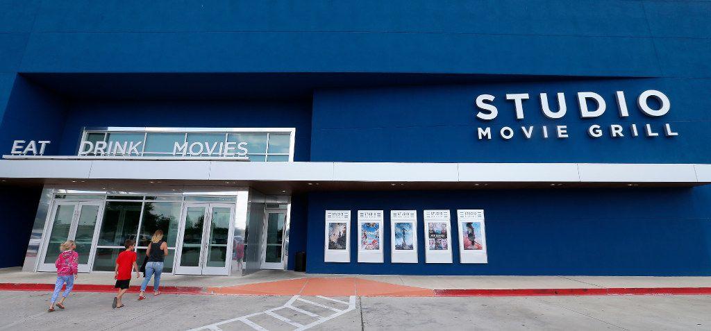Studio Movie Grill en The Colony, Texas, será una de las tres primeras sucursales en reabrir en el estado.