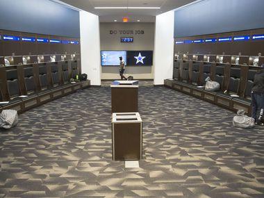 Los vestidores de los Dallas Cowboys en sus instalaciones de The Star, en Frisco, son amplios por lo que el equipo no tendrá problemas para cumplir con los lineamientos de distanciamiento social.