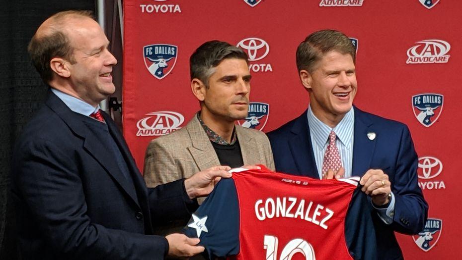 Dan Hunt (left) and Clark Hunt (right) pose with new FC Dallas head coach Luchi Gonzalez. (12/17/18)