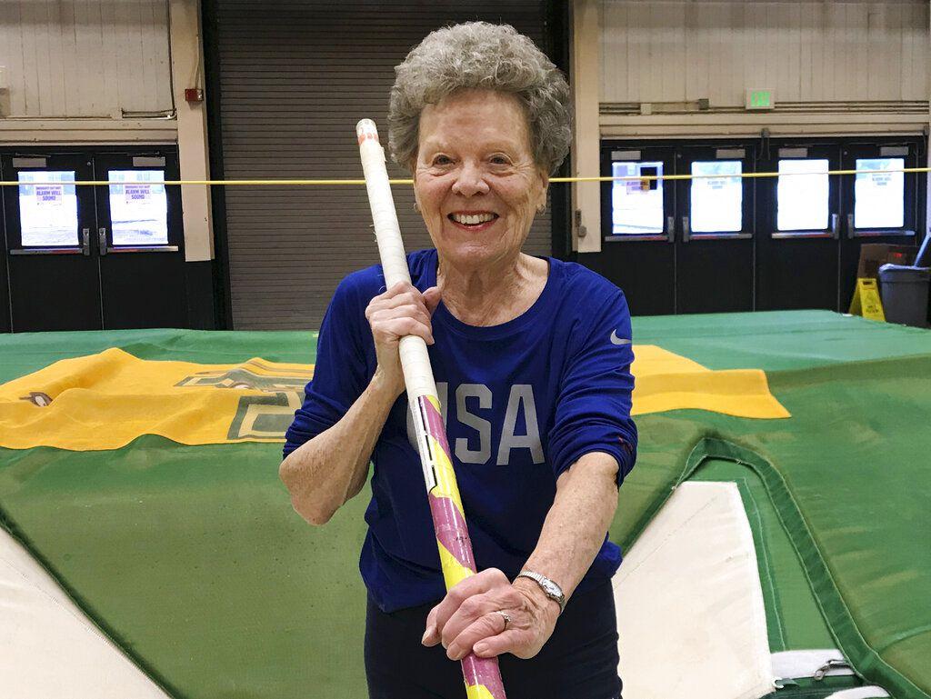 """Florence """"Flo"""" Filion Meiler, que salta pértiga y compite en otras disciplinas atléticas a los 84 años, posa para una foto durante un entrenamiento en la Universidad de Vermont en Burlington el 14 de marzo del 2019. (AP Photo/Lisa Rathke)"""