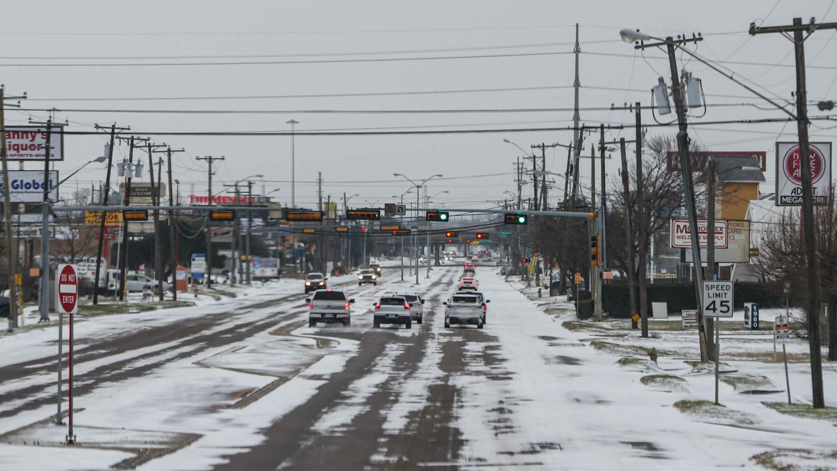 Varias secciones de Dallas permanecen sin luz eléctrica el lunes 15 de febrero, mientras las calles muestran acumulación de nieve, como en esta toma de TX-12 Loop Northwest.